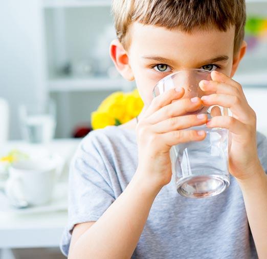 Kind drinkt zacht water